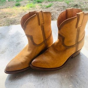 7 1/2 original Frye ankle boots! Cute and cozy.